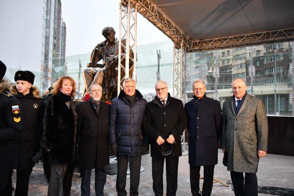 Члены Общественной палаты стали почетными гостями церемонии открытия памятника Даниилу Гранину
