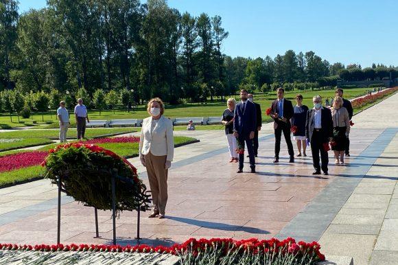 Общественная палата Санкт-Петербурга почтила память защитников Ленинграда на Пискаревском мемориальном кладбище