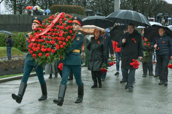 Делегация Общественной палаты Петербурга почтила память павших в Великой Отечественной войне